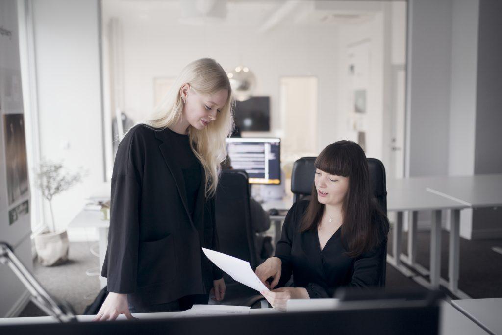 To damer jobber på kontor