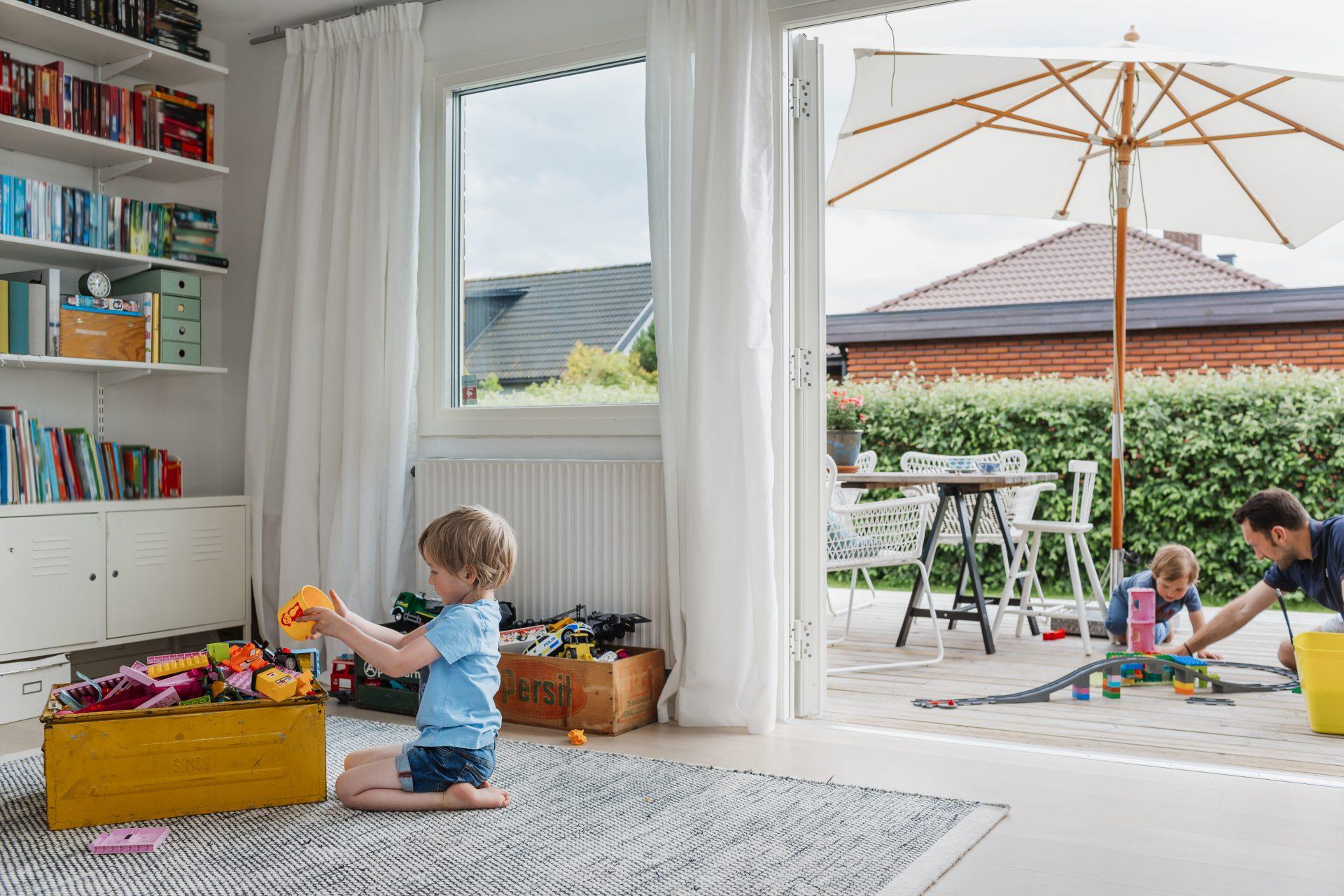 Barn leker hjemme