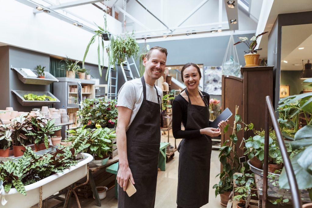 To personer som står i en blomsterbutikk