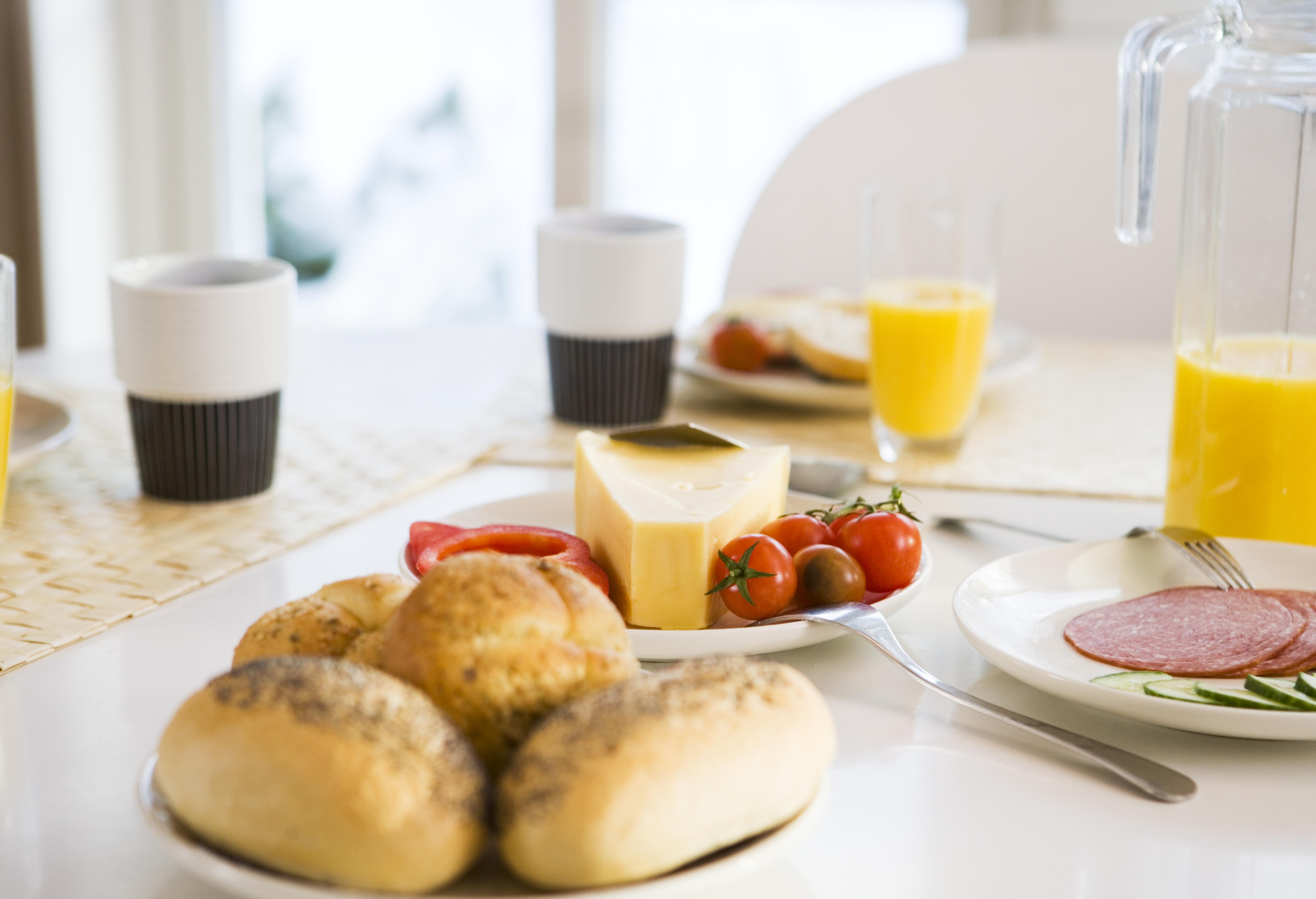 frokostbord, kaffe, jus og rundtstykker