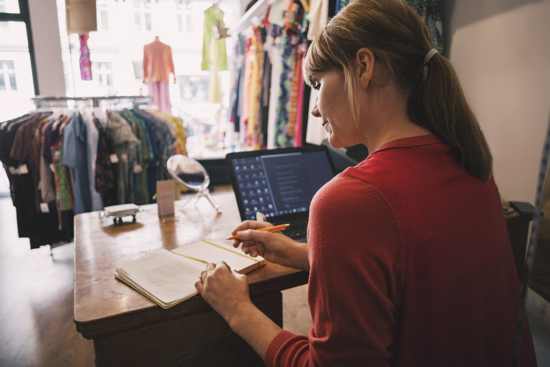 Butikkeier jobber ved disken