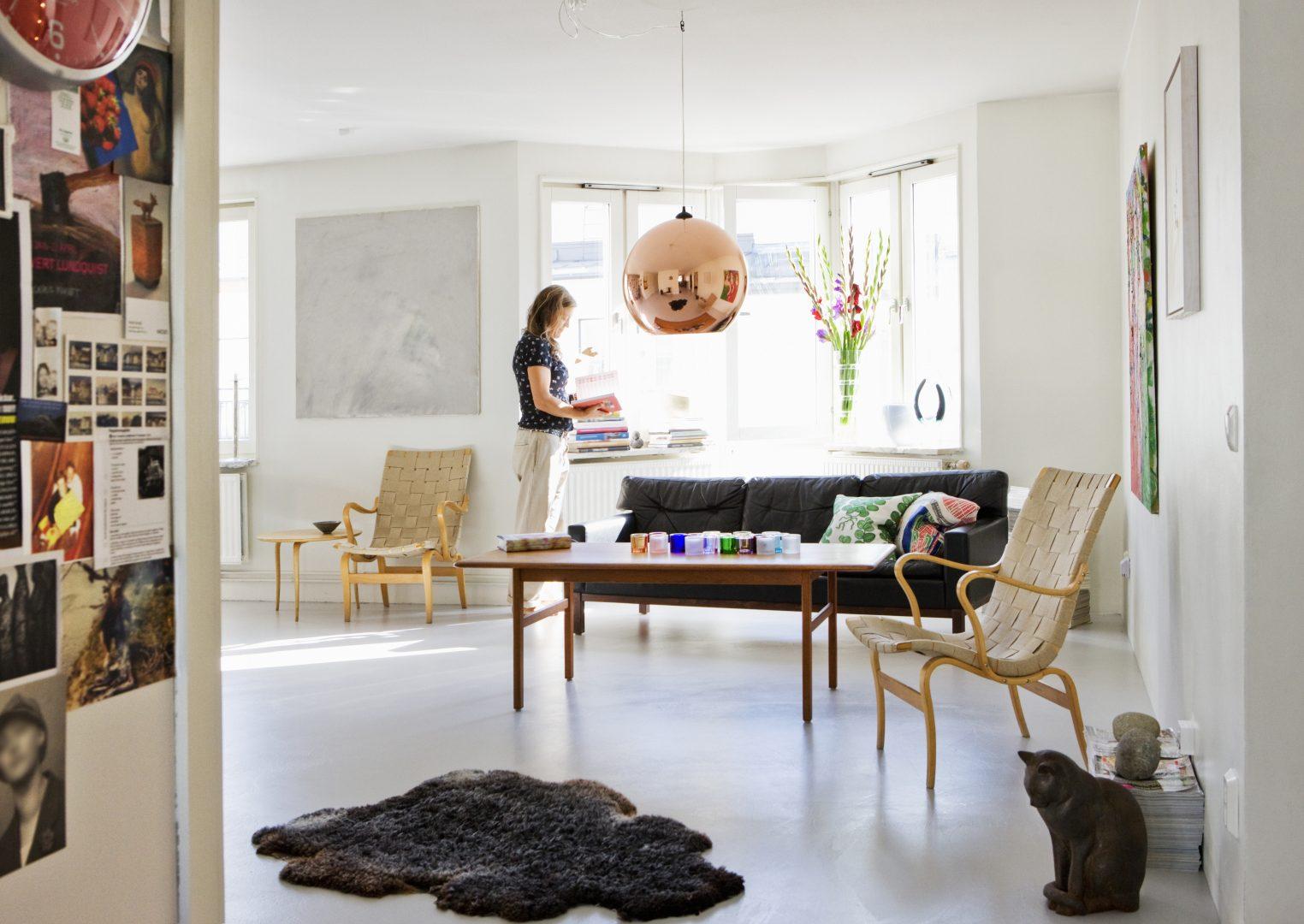 Dame i en stilig leilighet