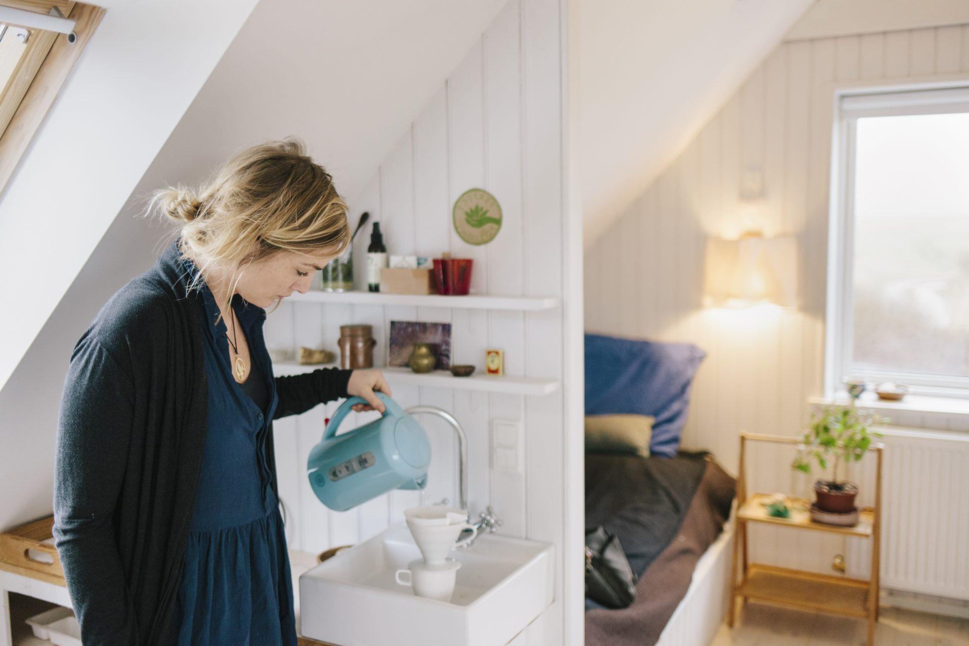 Dame lager kaffe i leilighet