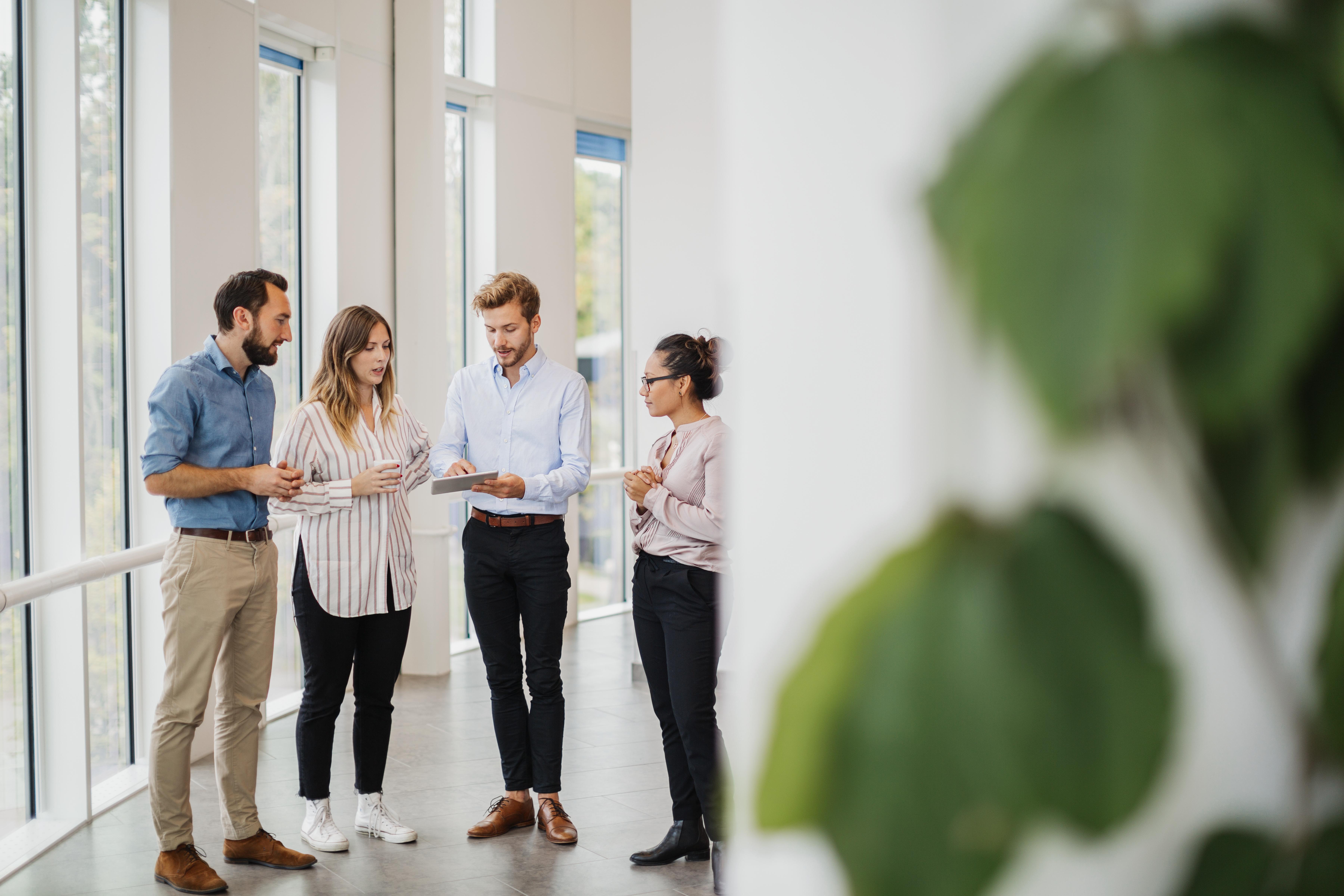 Mennesker i en samtale på en arbeidsplass