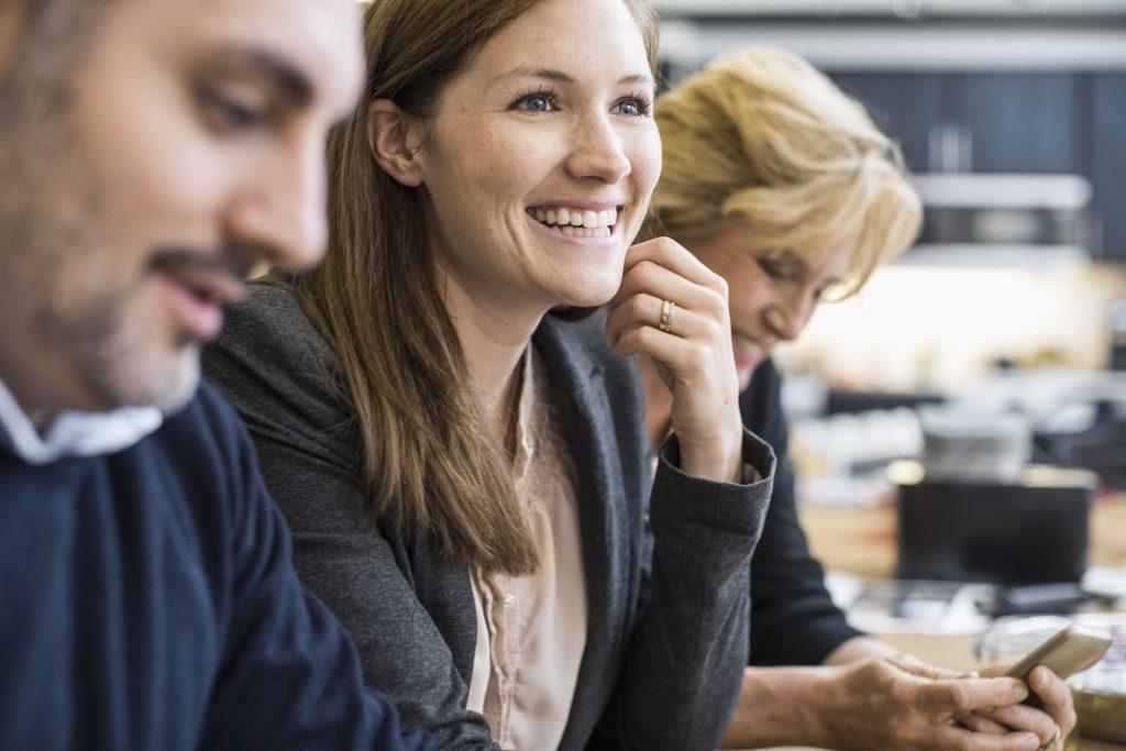 Mennesker som smiler på jobb