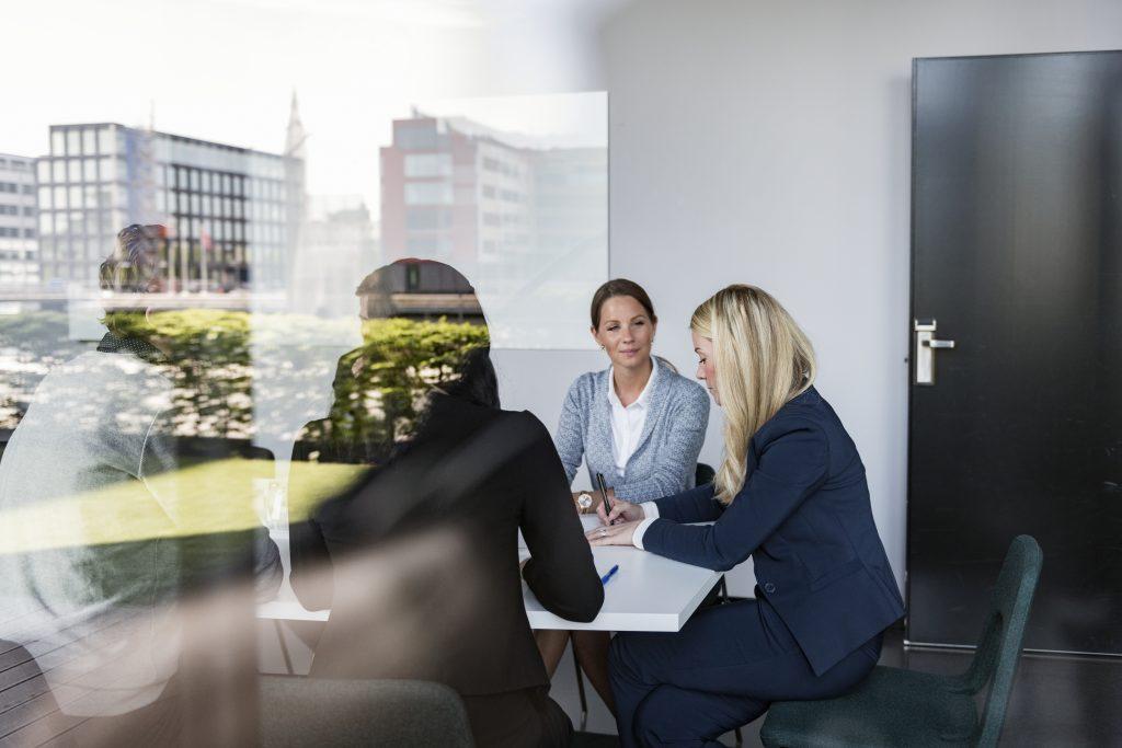 Mennesker på møterom på jobb