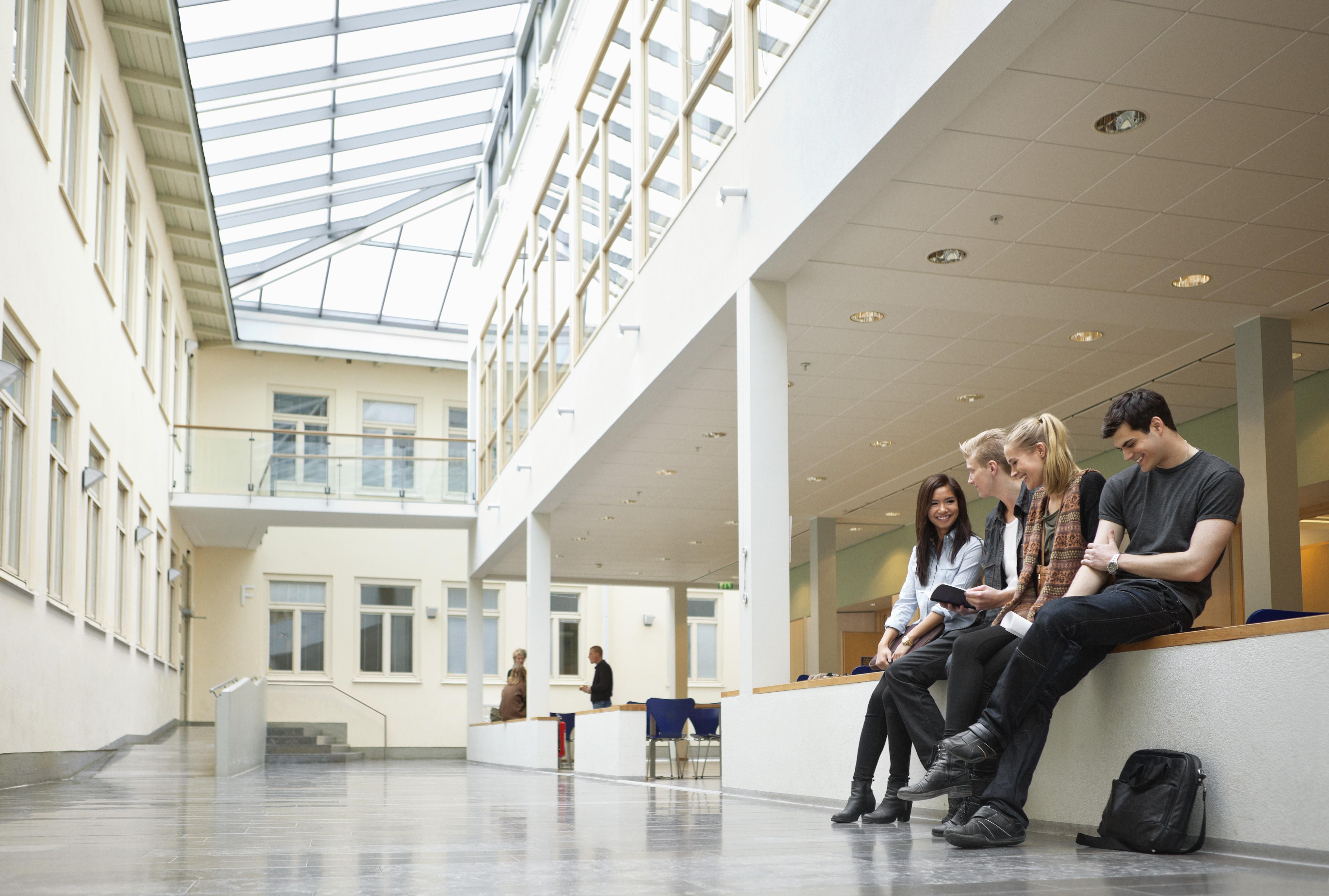 Studenter som sitter i en gang på skolen