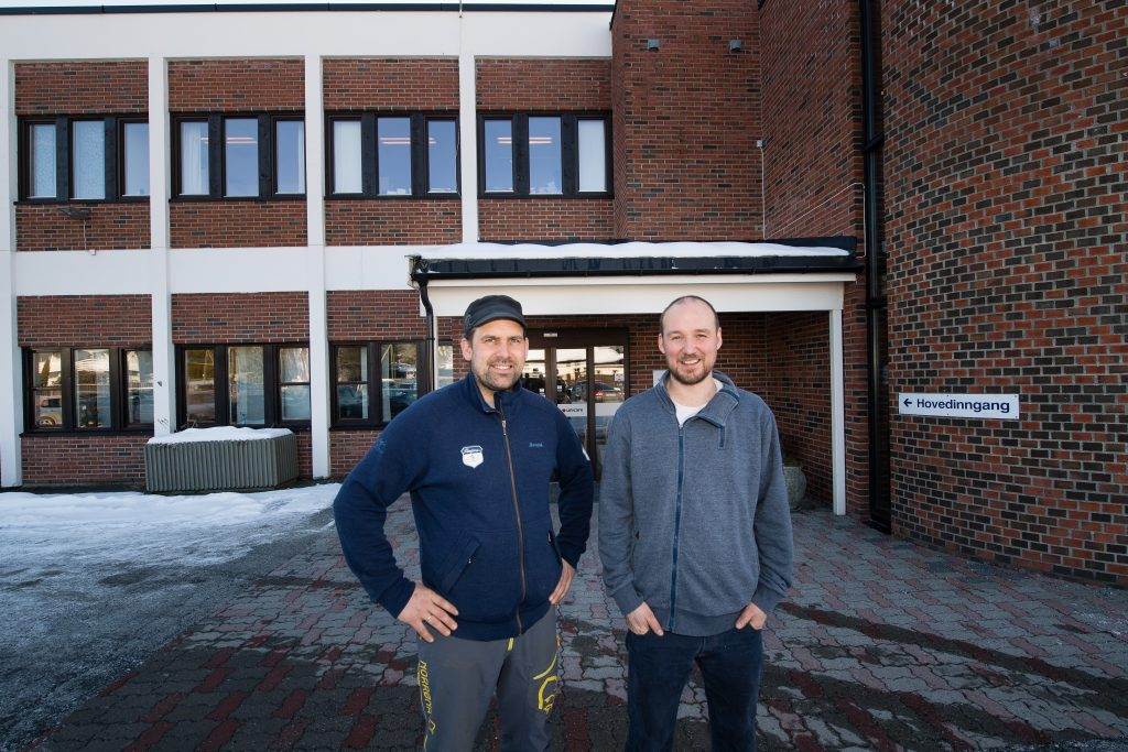 To menn utenfor kontorbygg