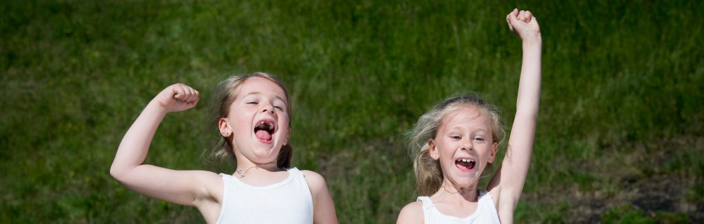 Jublene små jenter