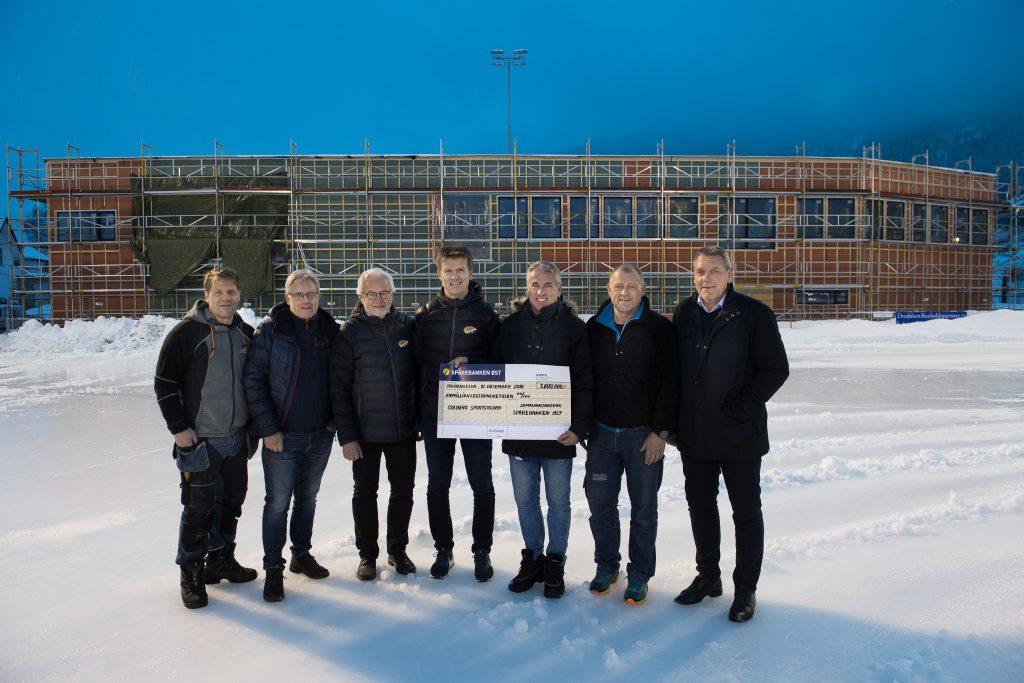 Gavesjekk utdeling på isen foran ny hall i Solberg