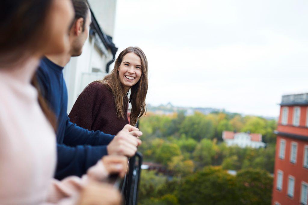 Dame som smiler på en balkong