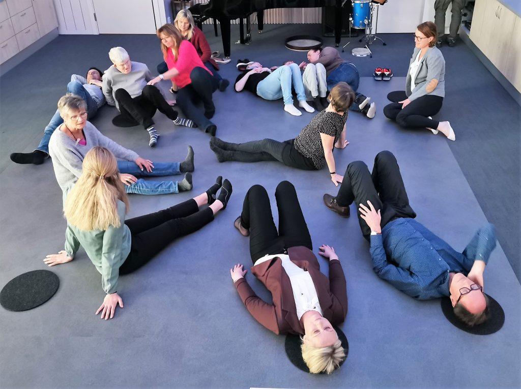 folk som ligger på gulvet