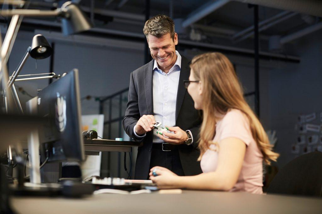 Mann og kvinne på et kontor
