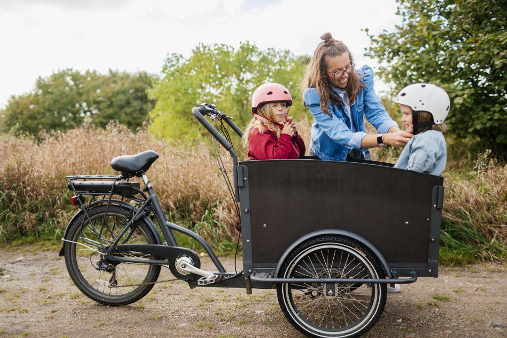 Mor og barn på tur med sykkel