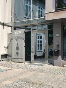 Inngangsdøren til Sparebanken Øst i Tønsberg i NL 37 bygget