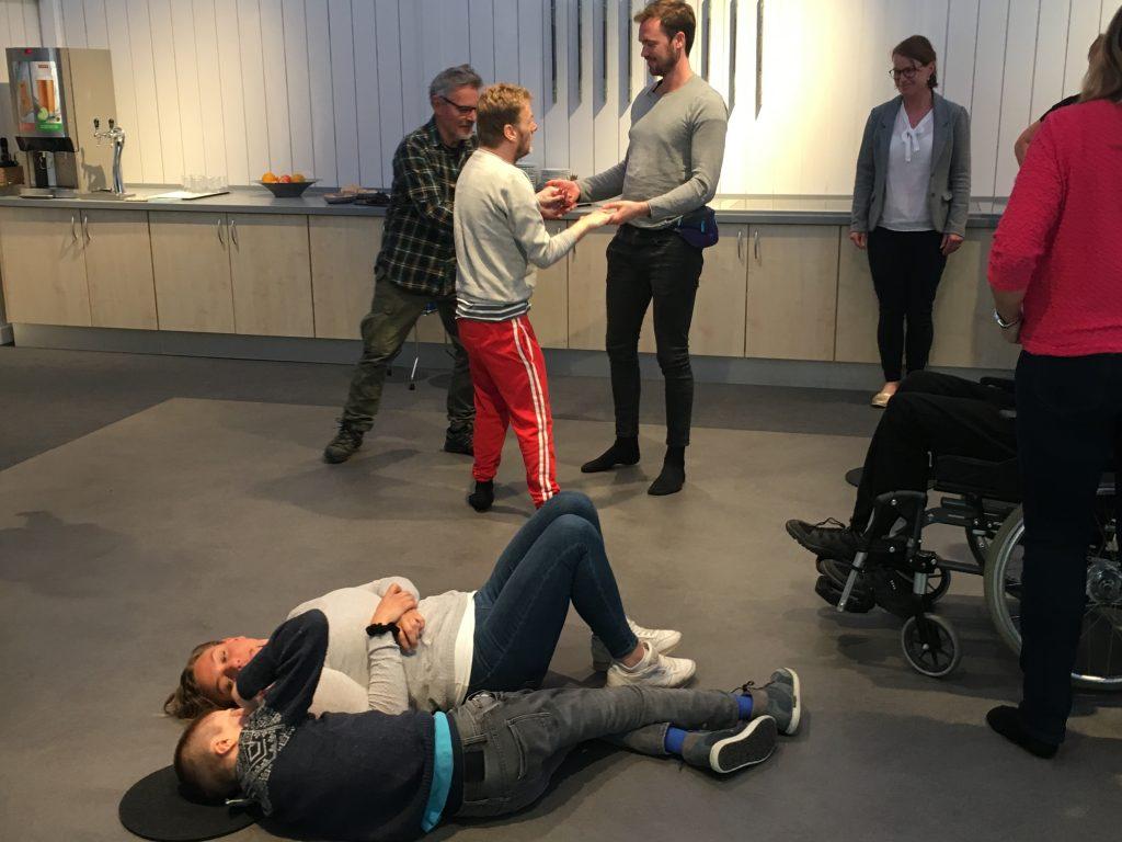 Bildet viser brukere på vibrasjonsgulvet på Eikholt
