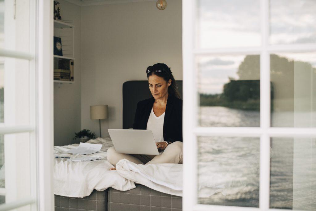 Dame med laptop på fanget