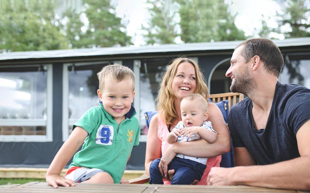 Familie på campingtur