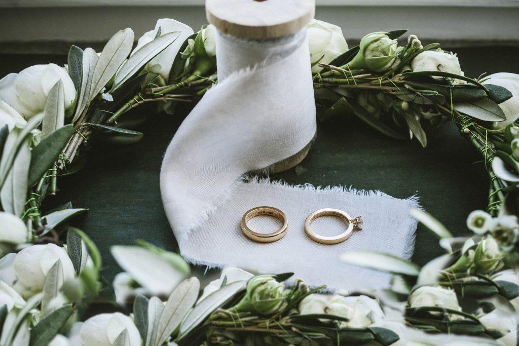 gifteringer på silkebånd og blomsterkrans