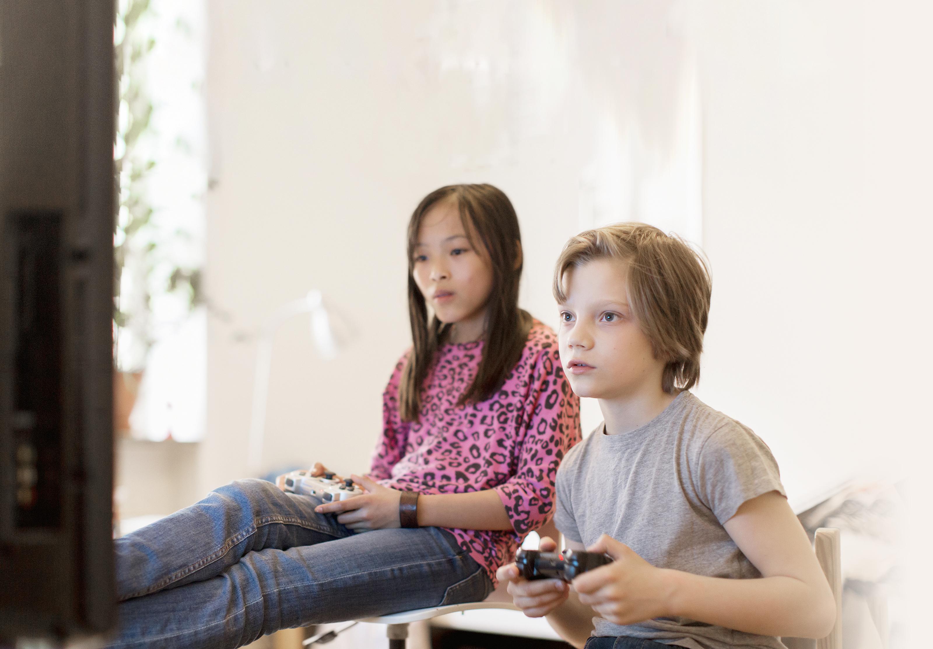 Gutt og jente som gamer