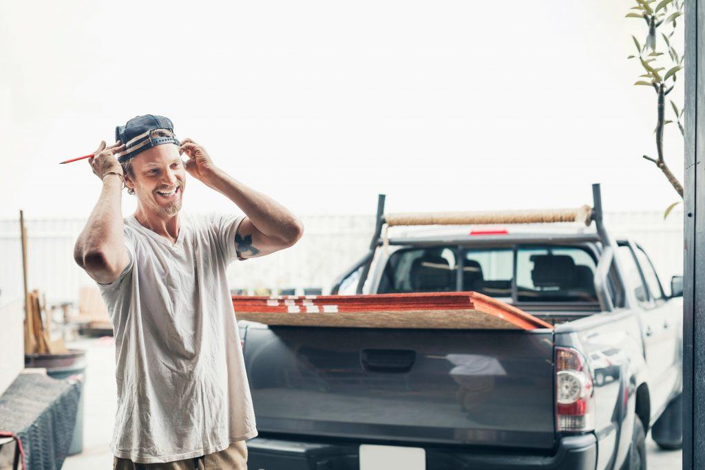 Håndverker smiler ved pickup
