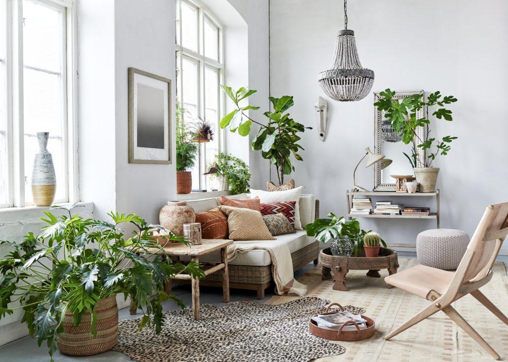 Lys stue med grønne planter