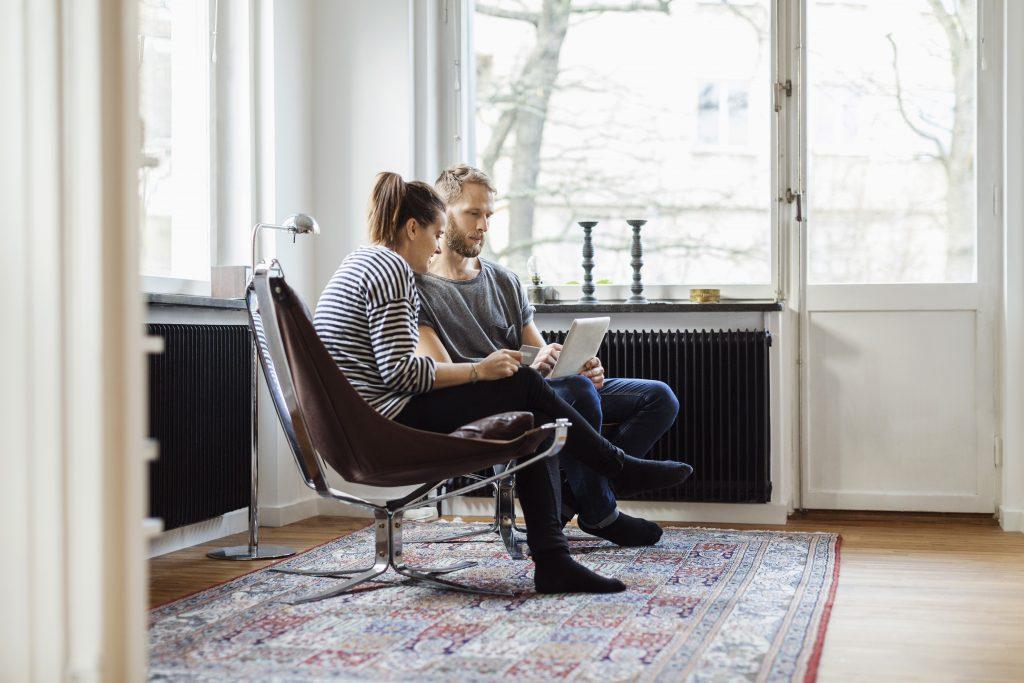 Mann og dame sitter i stua