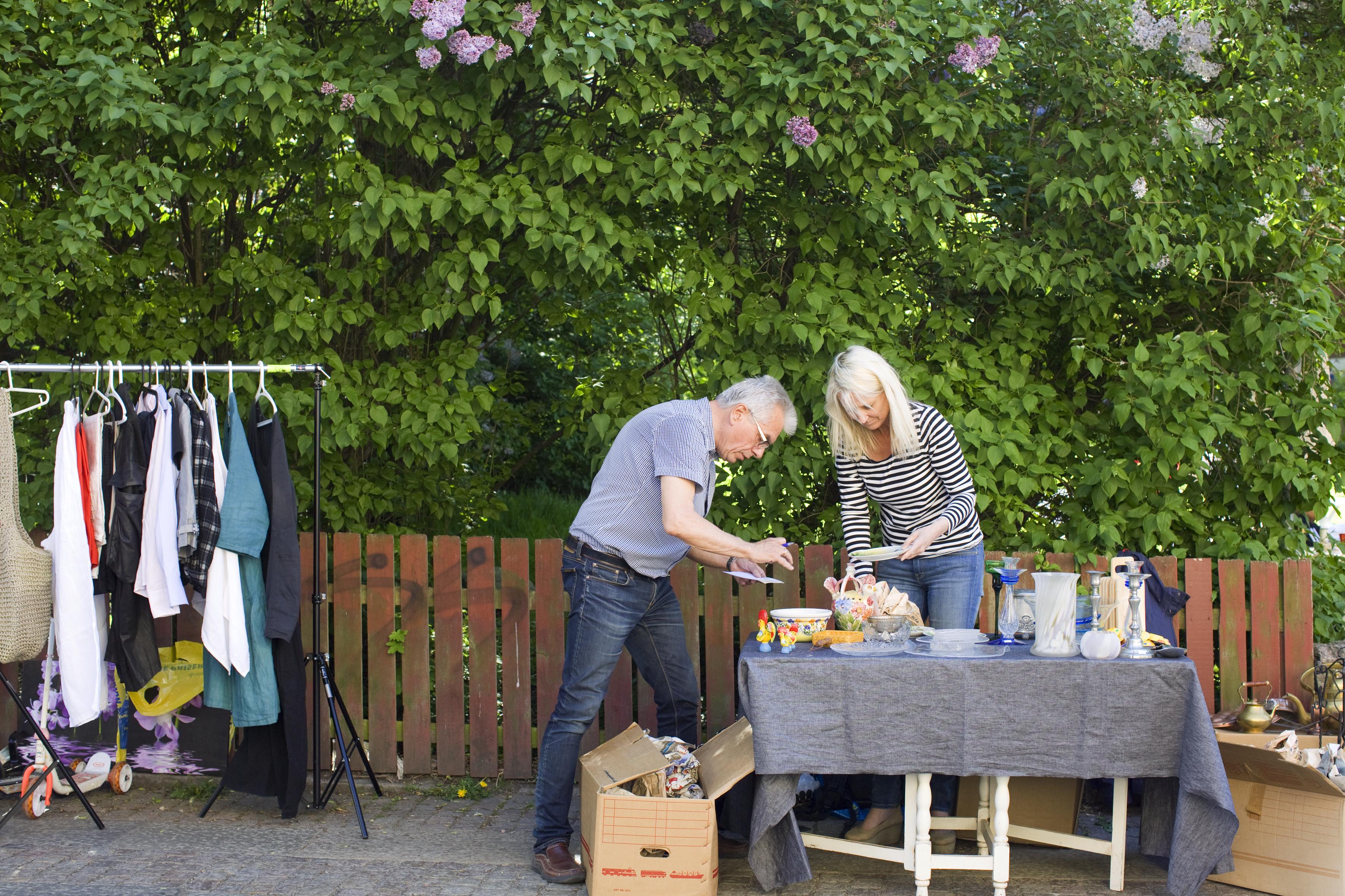 Mann og dame på loppemarked