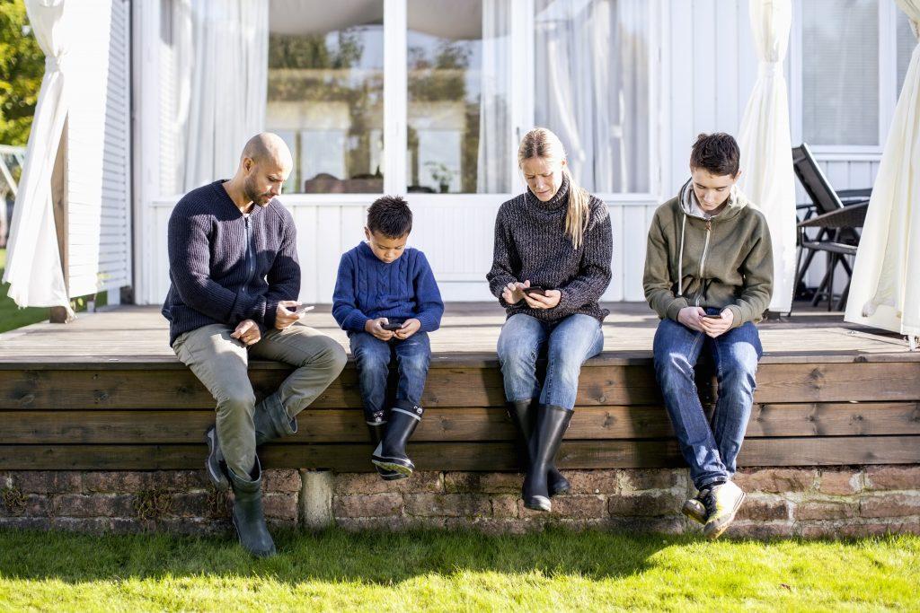 Familie utenfor huset