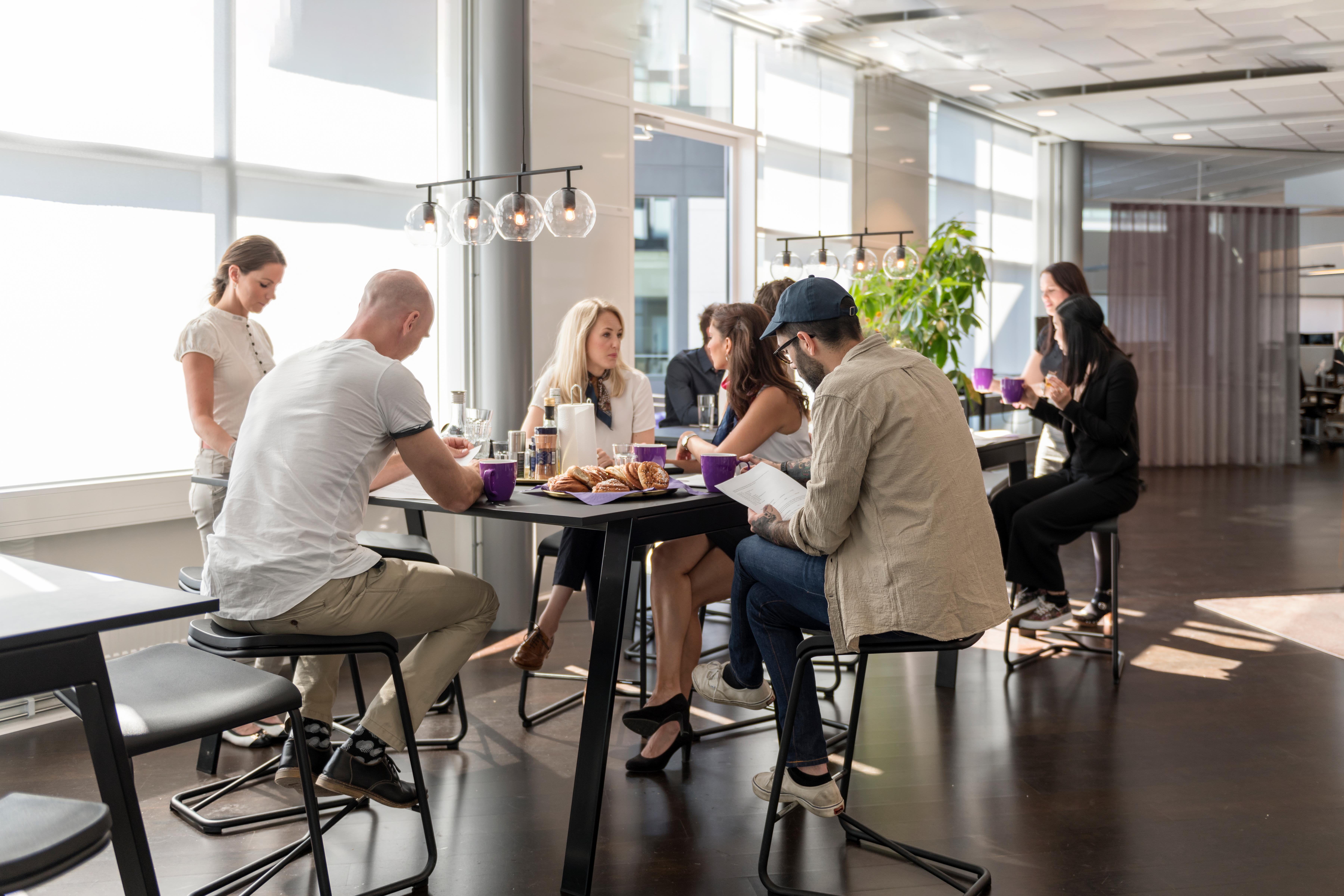 Mennesker sitter i kontorkafeteria