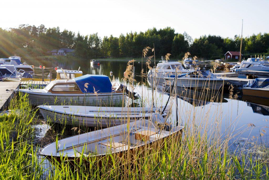 Små båter ligger ved brygge